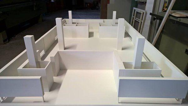 Plastico realizzato in mdf rifinito con verniciatura a spruzzo colore bianco opaco. Riproduzione di stand fieristico realizzata dalla falegnameria Semprelegno (@semprelegno) | Twitter.