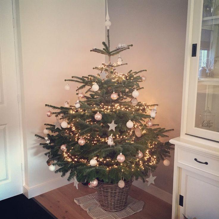 Onze mooie wit met roze kerstboom