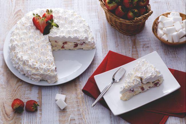 La torta meringata alle fragole è un dessert elegante e scenografico. Un dolce incontro tra la bianca meringa e le rosse fragole di stagione!