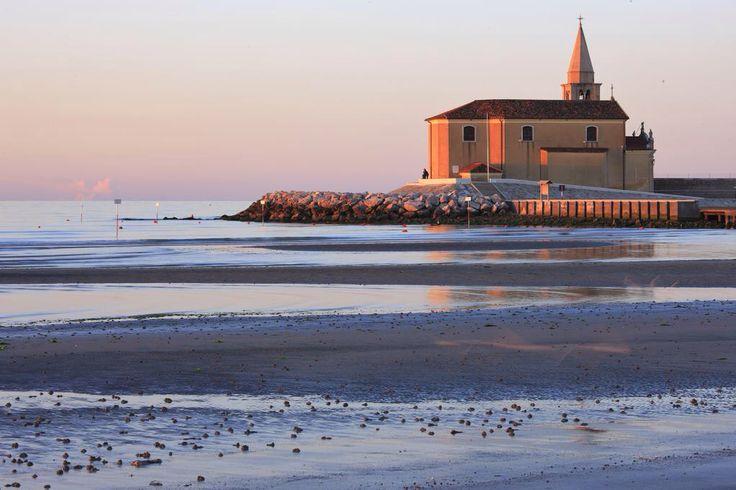 #Affacciata sul mare, la splendida chiesetta di Caorle #Venezia