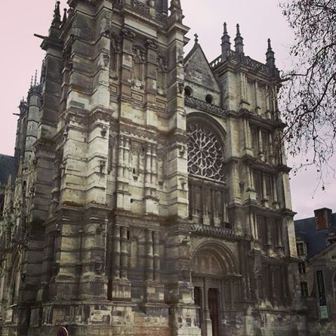 La cathédrale Notre-Dame d'Evreux, Eure, en style #gothique - La cattedrale Notre-Dame di Evreux, dipartimento dell'Eure, in stile #gotico - #Normandia #normandie #france #eure #jaimelanormandie #normandiepourlavie #photography #lategram #travel #neverstopexploring #mytravelgram #instapassport http://tipsrazzi.com/ipost/1523247606250269332/?code=BUjqaCbguqU