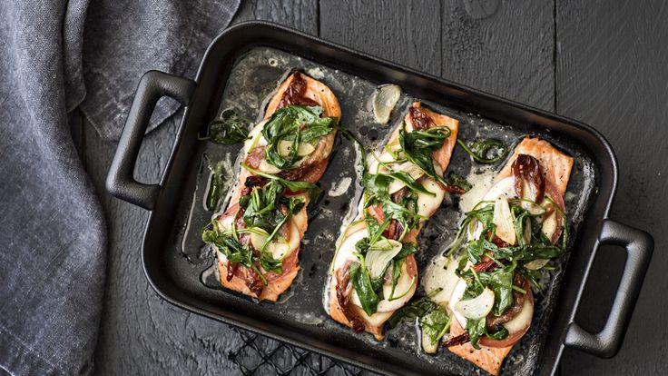 Mozzarellalohi Tomaatilla ja mozzarellalla kuorrutettu kirjolohi maistuu pannulla pyöräytetyn rucolan kanssa.
