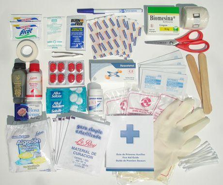 MATERIAL DE CURACION: SE usa para controlar HEMORRAGIAS, limpiar/cubrir HERIDAS y QUEMADURAS. GASAS: se presentan en paquetes estériles. Se utilizan para cubrir las heridas o detener hemorragias.  APóSITOS: almohadillas de gasas; vienen en distintos tamaños, sirven para cubrir la lesión una vez desinfectada. VENDAS: debe haber vendas de distintos tamaños. Se usan para vendaje de las extremidades.  ESPARDRAPO: útil para fijar las vendas y los apósitos.