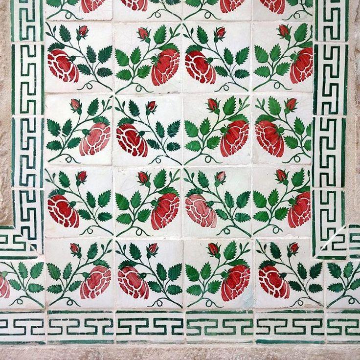 #roses #azulejos #design #pattern #patterns #geometric #urban #art #design #urbanart #portuguesetiles #amantedelosazulejos #azulejosdelisboa #azulejoslisboa #azulejosdeportugal #portugaldenorteasul #portugalalive #portugal_de_sonho #portugal_em_fotos #portugal_lovers #portugalcomefeitos #igersportugal #igers #lisboa #portugal #vintage #old #streetphotography #gerador #p3top