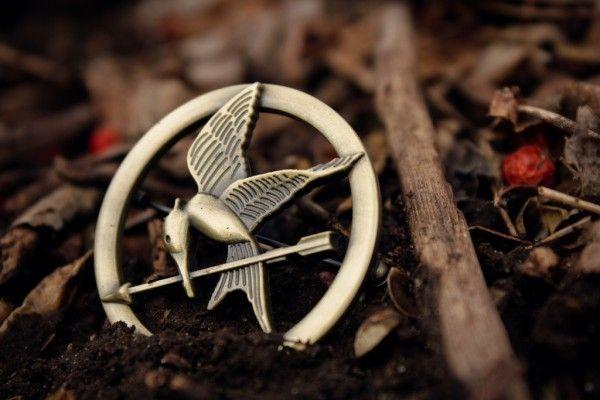 La broche Geai Moqueur de Hunger Games. Ce #bijou offert à Katniss par une commerçante de la Plaque juste avant le début des Hunger Games, cette #broche dorée deviendra rapidement au fil de l'histoire un symbole de liberté et de révolution.