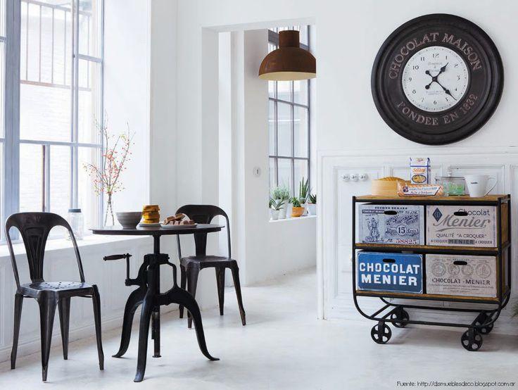 El estilo industrial va muy bien con detalles vintage. Eso ayuda a darle un toque mas femenino. Las sillas Tolix son perfectas para este ambiente.