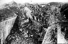 Forten rond Luik was een slagveld in het West-front (1914). Hierbij streden DU (gealieerden) en BE (centralen) tegen elkaar. De reden dat DU oorlog met BE had was dat Duitsland eigenlijk oorlog had met Frankrijk, maar Duitsland moest via België naar Frankrijk. Alleen de Duitsers had België niet zo goed behandeld, ze hebben namelijk van de Belgen geplunderd en ze hebben heel wat Belgen vermoordt. In deze oorlog gebruikte men een bepaalde strategie. Namelijk uit gegroepeerde groepen vechten.