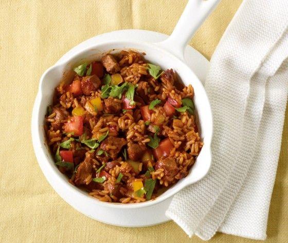 Reis-Fleisch///Eine herrliche Balkan-Spezialität mit Pep: Gebratene Nackensteaks sorgen für herzhaften Biss. Zwiebeln, Knoblauch und reichlich Paprika machen das Reis-Fleisch wunderbar würzig.