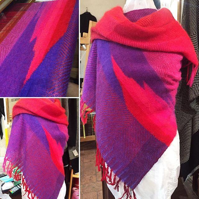 Oggi ero un po' nervosetta 😅 #handmade #handwoven #tessutoamano #sciarpa #scarf #scialle #shawl #pink #fucsia #rosso #red