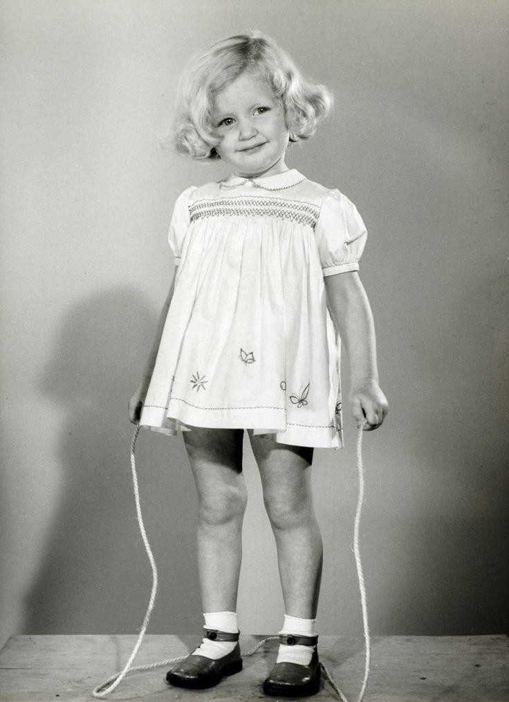 kinderkleding kindermode meisje met springtouw in een