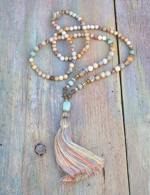 Mala Halskette bestehend aus 6 und 8 mm - 0,236 und 0,315 Zoll, schöne facettierte Achat Edelsteine. Gemeinsam zählen sie als 108 Perlen. Die Mala ist mit Hämatit, Jaspis, Citrin und Amazonit verziert.  Die Gesamtlänge der Mala beträgt etwa 90 cm - 35,43 Zoll.