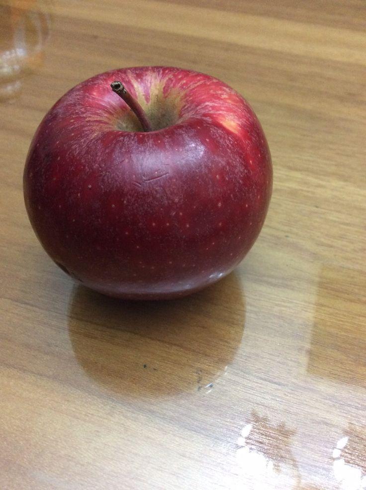 La manzana es un alimento refrescante e hidrante cuyos azucares son en mayor parte fructosa (azúcar de la fruta) y en menor proporción, glucosa y sacarosa, de rápida asimilación en el organismo, cualidad que la hace un alimento recomendable dentro de la dieta balanceada. Por unidad equivale a 20,3 gr aproximadamente de carbohidrato. Fuente: http://www.nutriterapia.cl/site/an_art016.php http://www.botanical-online.com/carbohidratos_alimentos.htm
