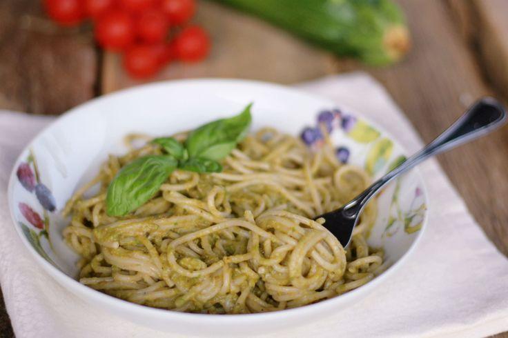 Spaghetti con pesto di zucchine e avocado oriz.