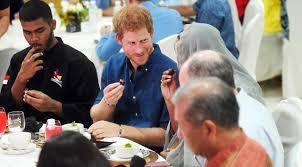 Islam Garis Lurus: Pangeran Harry Buka Bersama dengan Masyarakat Musl...