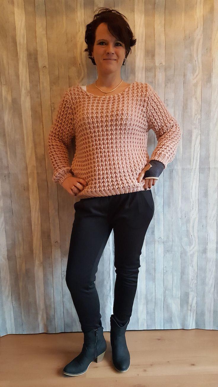 Nieuw binnen! Deze heerlijke grof gebreide truien! Leuke eigenwijze trui! Ook in de kleur wit en licht blauw! Scoor hem op www.ebm-shop.nl voor €31,50!