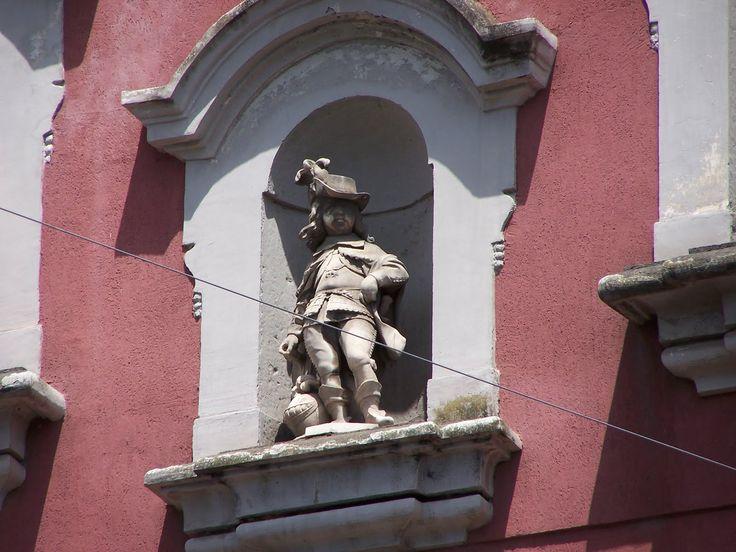 Estatua de Carlos II en la fachada del Hospital de San Genaro de Nápoles