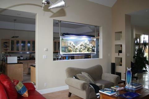 Зонирование студии при помощи аквариума