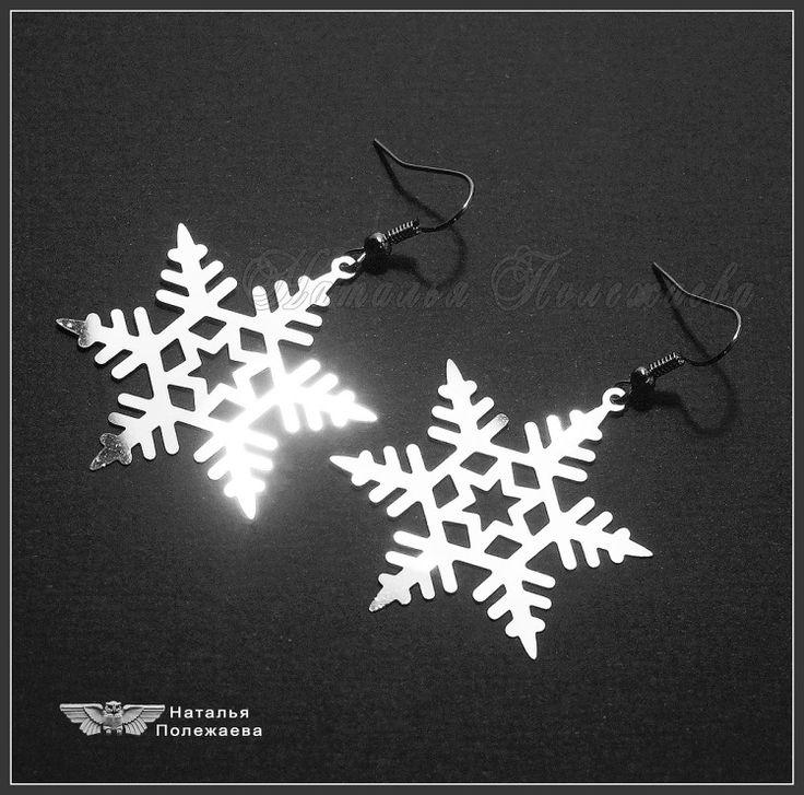Серьги СНЕЖИНКИ (нержавеющая сталь)  Изящные невесомые серьги со сверкающими снежинками...