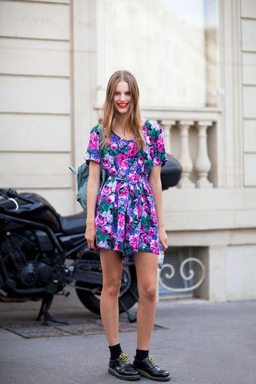 This model goes bold in a red-orange lip, retro floral dress and major creepers(image:harpersbazaar) // adicción a los vestidos de flores