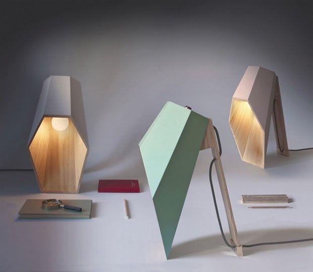 Mistérios de uma luminária surreal. Peça lança luz hexagonal em superfícies