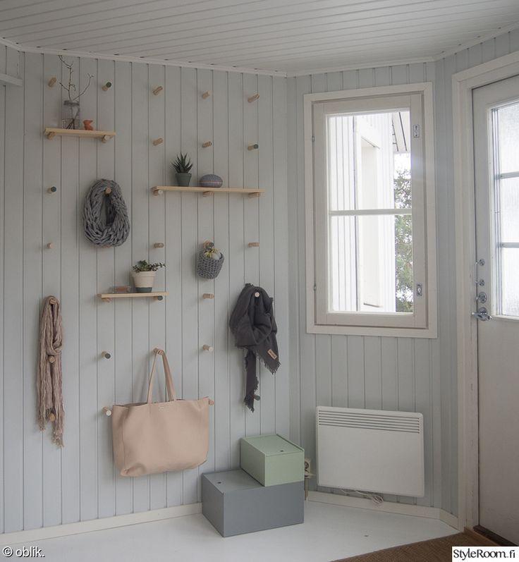 Harjanvarrenpätkistä ja jämämaaleista toteutettu säilytyselementti eteiseen. Tapit upotettu seinään, saisiko jotenkin muuten kiinni?