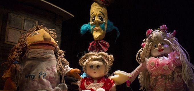 «Η Σπασμένη Κούκλα» μια κουκλοθεατρική παιδική παράσταση, διασκευή του γνωστού θεατρικού έργου του Μπ. Μπρεχτ «Ο κύκλος με την κιμωλία»! Μια τρυφερή, όμορφη ιστορία για τα παιχνίδια μας και πόσο πολύ τα αγαπάμε. Για παιδιά από 2 ετών έως 8 χρονών. Γιατί το παιδικό θέατρο μορφώνει & ψυχαγωγεί. Δείτε το video στην περιγραφή.