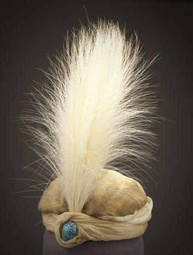 Turban soie, cabochon et plumes d'aigrettes. Paul Poiret (1911)
