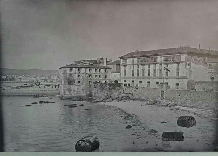 Playa de El Parrote y antigua cárcel, donde hoy está el Hotel Finisterre.