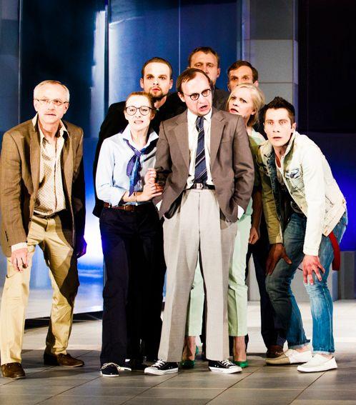 """Scena ze spektaklu""""Piszczyk"""" w reż. P.Ratajczaka wystawianego podczas  Ogólnopolskiego Festiwalu Komedii TALIA w Tarnowie [fot.M.Zakrzewski]."""
