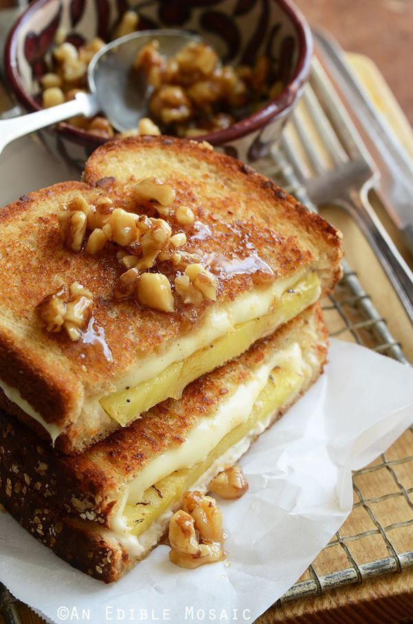 Des croque-monsieur qui changent  Version sucré-salé : ananas, fromage, noix et miel. Cette recette ne convient pas à tout le monde, on en convient mais pour les audacieux qui aiment le sucré-salé, on la recommande grandement. Prenez vos tranches de pain, tartinez-les avec un peu de miel (attention à ne pas en mettre trop), puis ajoutez une tranche d'ananas, du fromage (de l'Emmental, c'est très bien) et quelques noix concassées.