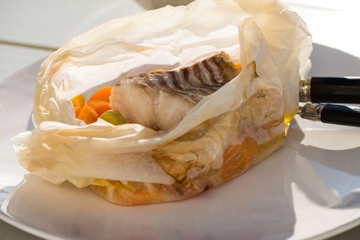 Doordat je de vis 'en papillotte' gaart blijven de vitaminen, mineralen, geur , vocht en de smaak optimaal behouden. Je kunt in principe allerlei soorten vis en groenten gebruiken. Houd rekening met het seizoen en probeer te kiezen voor vis die duurzaam gevangen wordt. Zo blijft de visstand gezond! 4 personen Ingrediënten 4 stukken bakpapier van