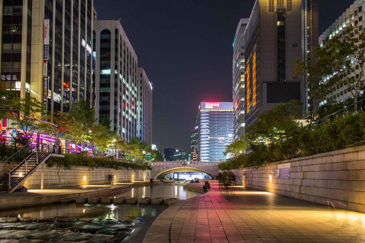 Cheonggyecheon era um dos lugares de Seul que mais me despertaram a curiosidade. Se você já procurou Seul no Google provavelmente deve ter visto muitos pr