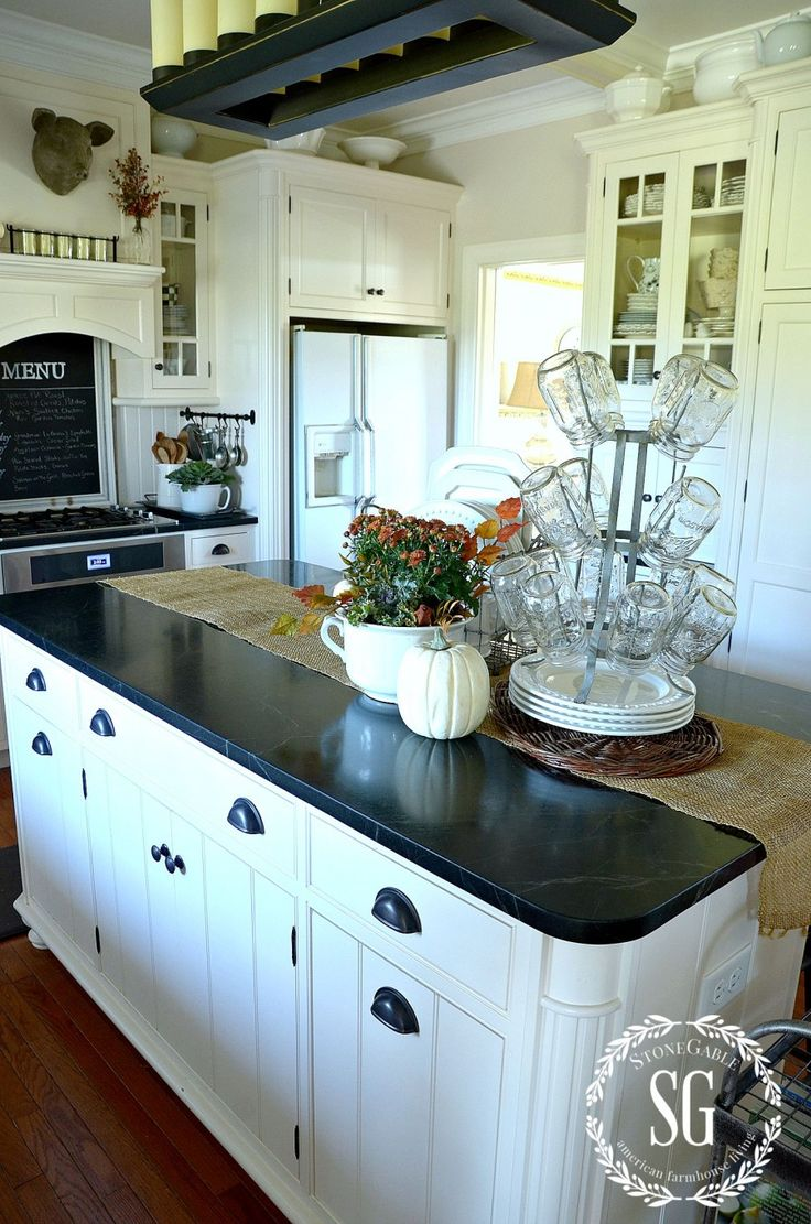 black countertop and pulls; also configuration | Dis my home ...