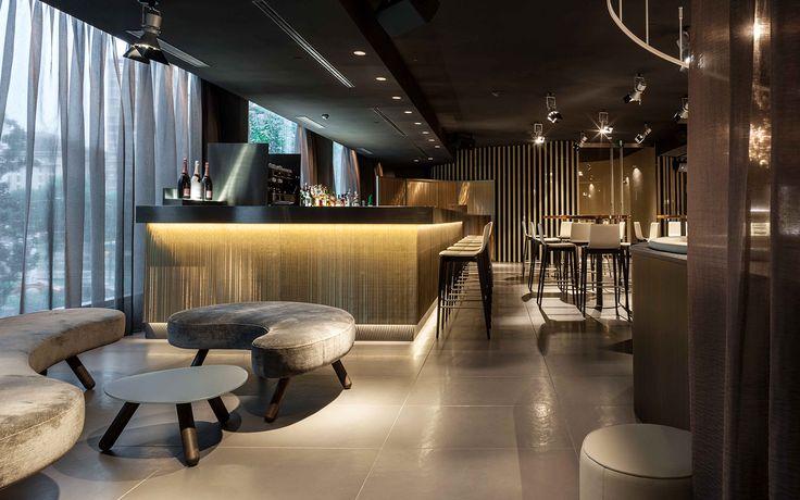 #interiordesign su misura per hotel 5 stelle superior a Milano: sgabelli in faggio semievaporato, con tresso in acciaio inox e seduta in ecopelle fire retardant. #furniture #madeinitaly