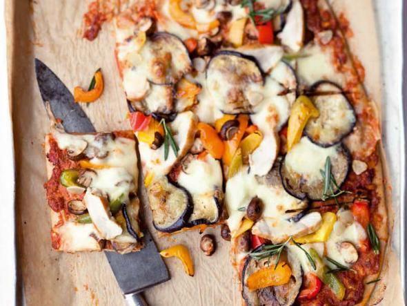 Herrlich duftend kommen Pizza und Flammkuchen aus dem Ofen. Pikante Beläge – und passende Weine – verleihen den dünnen Teigkreationen geschmacklichen Tiefgang.