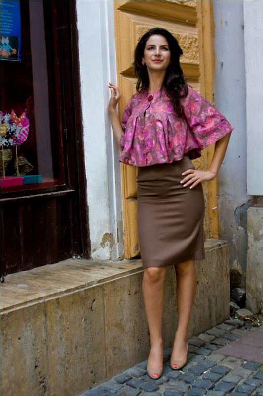 Costum Olivia Taior scurt ce are cute duble, maneci ample, fusta cu talie inalta. 379 RON