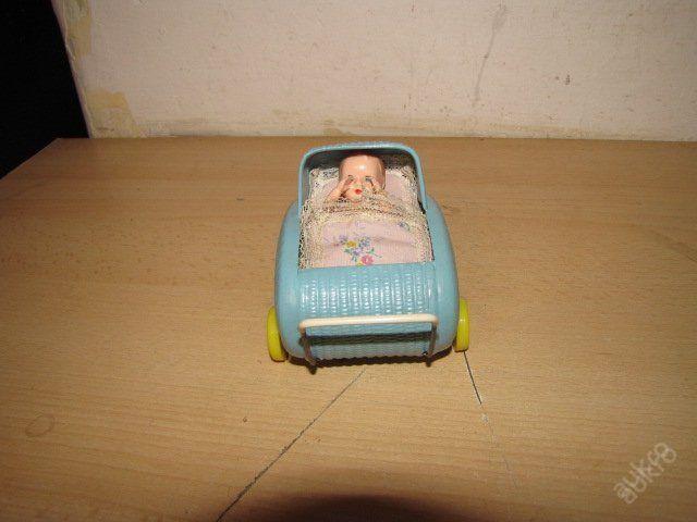 Zajímavý starý bakelitový kočárek i s miminkem