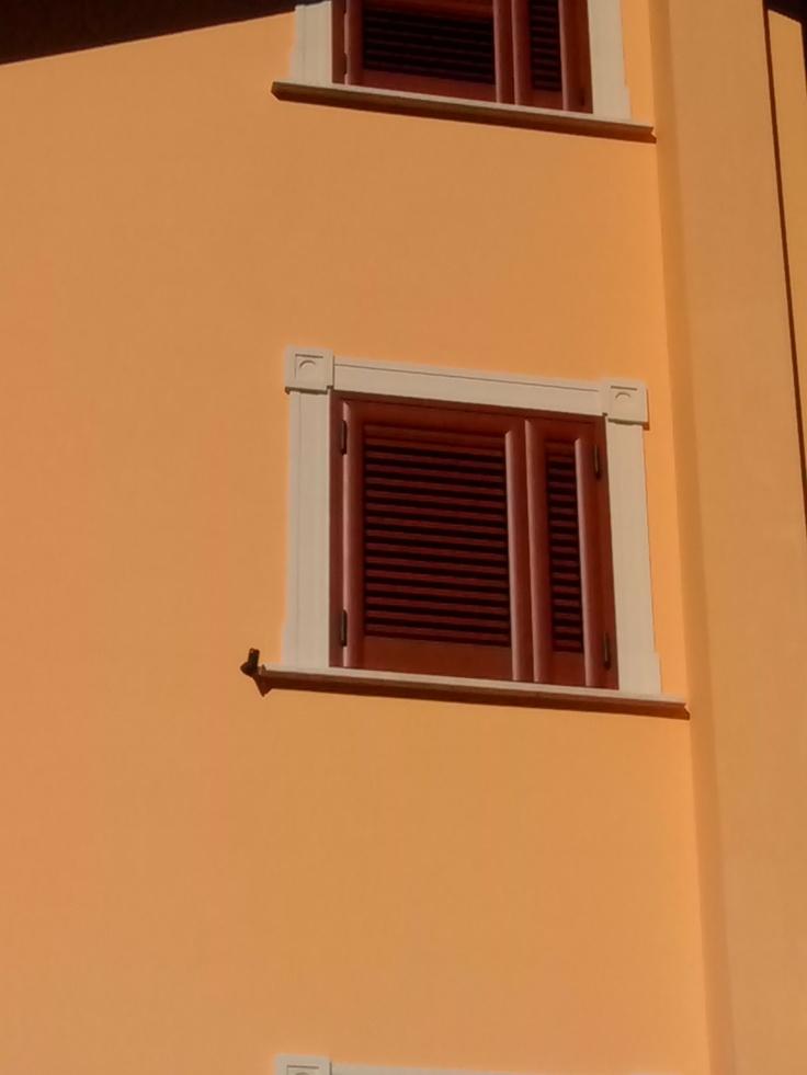 Realizzazione delle cornici in polistirolo resinato per le finestre e le porte