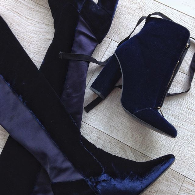 Así o más traumada con el velvet? 💙 i have a crush with this velvet boots #velvet #mexicanblogger #zara #uterque #highboots #mexicanblogger #fashionblogger #fashionista #outfitoftheday #ootd #black #nike #Blackjeans #zara #mystyle #styleblog #styleblogger #bloggermexicana #like4like #instablog #trendy #instafashion #stripes  #dog #denim