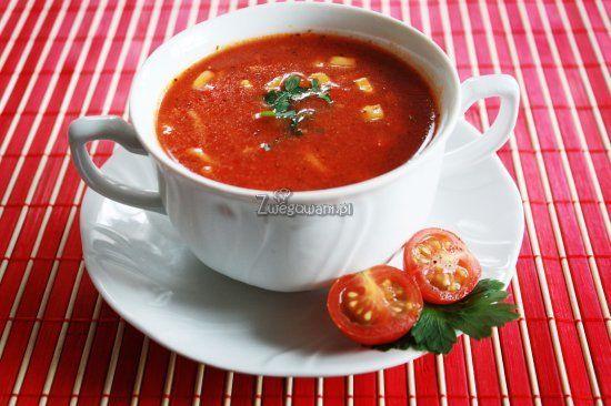 Tradycyjna zupa pomidorowa nabierze całkiem nowego smaku, jeśli urozmaicimy ją kilkoma dodatkowymi składnikami. W wersji zupy po meksykańsku wystarczy kukurydza i pikantna papryka. Sprawdź nasz przepis!