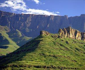Google Image Result for http://www.safarinow.com/files/images/travel-guide/climate/Drakensberg-Amphitheatre.jpg