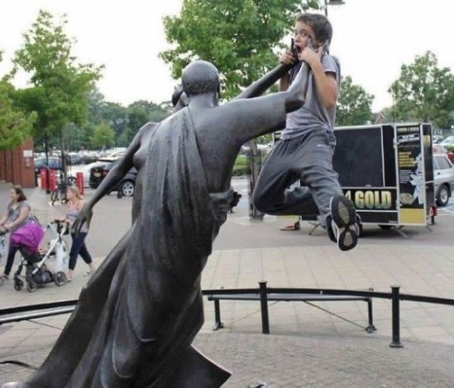 Come Here, You Little Brat 30 Hilarious Pictures Taken With Statues • BoredBug