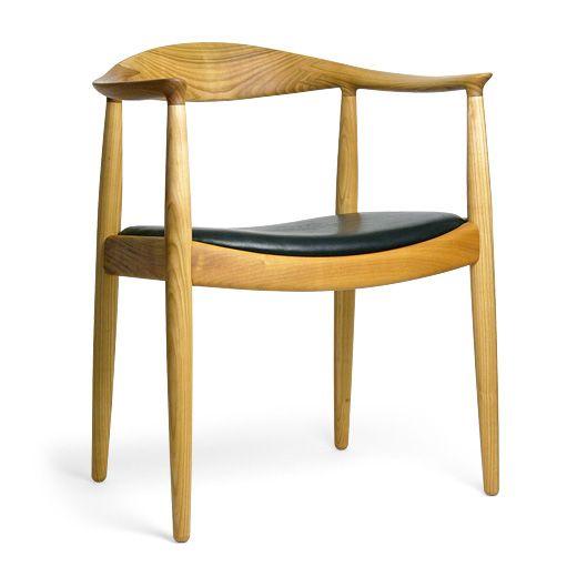 ハンス・J・ウェグナー(Hans Jørgensen Wegner, 1914-2007)の仕事は、北欧モダンの世界的名声を代表する最たるものでしょう。  ハンス・ウェグナーはコーレ・クリントに学び、伝統的なウィンザーチェアから装飾をはぎ取り普遍的なデザインをもたらした「ピーコック・チェア」(1947)をはじめ、北欧モダンのシンプルさと美を体現した「ザ・チェア」(1949)、世界で最も売れた椅子といわれる「Y-チェア」(1950)など、ウェグナーの制作した500脚以上の椅子の多くは、20世紀のデザインを代表するマスターピースとして世界中の美術館に収められています。