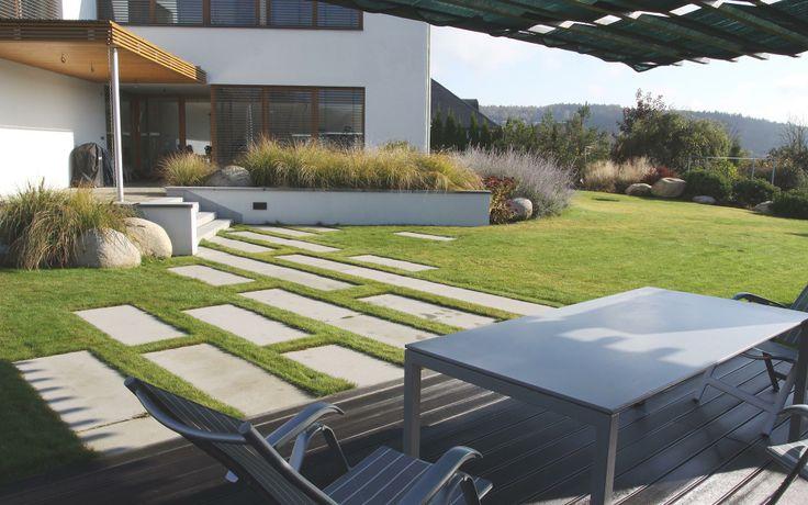 kamenné desky v trávniku a valouny ve výsadbách / stone plates in the lawn and boulders in plantings