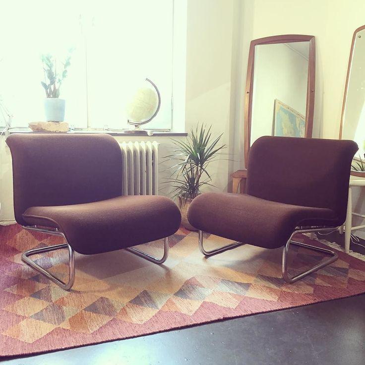 Paret fåtöljer i velourtyg med stomme av kromade stålrör. Sjukt snygga och om än mer komfortabla! Kom förbi butiken som är öppen idag söndag kl 11-14! #möbler #furniture #vintage #70tal #interiordesign #heminredning #butik #gamlestaden #trotsasketvädretochkomförbi #söndagsöppet by easylivingfurniture