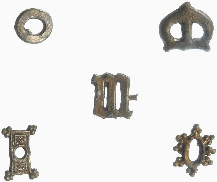The only five mounts unattached to leather from 14th-century Statenplein Dordrecht in the Leiden collection (i 2006/4.1–4.5). Photograph by RMO/Anneke de Kemp.