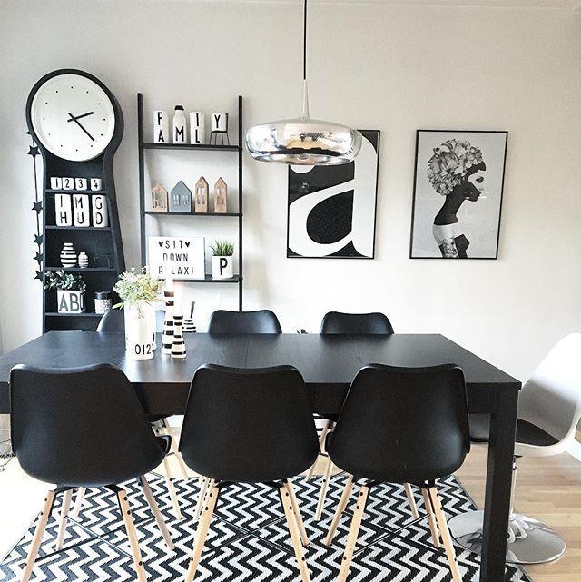 Endelig har jeg funnet meg ett nytt spisestuebord-så om kort tid vil jeg kunne vise dere det nye. Det passer perfekt til stolene våre. Og er litt mindre, slik at spiseplassen ikke blir så trang. Sofa og bord er utrolig vanskelig å velge. Men den som leter finner. 🙌🏼💕 jeg trenger litt ekstra energi om dagen-send gjerne over om du har litt ekstra 😜 #blackandwhite #dining #monochrome #kitchen