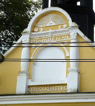 Štít kapličky s nápisy, Třetí Bursovou stavbou v Libotyne je kaplička u silnice. Datována je do roku 1844.