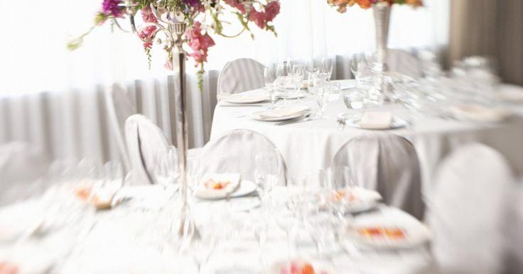 Cómo diseñar un pequeño salón de banquetes. Las pequeñas salas de banquetes son ideales para reuniones sociales íntimas, bodas y fiestas. Con un ambiente acogedor, no tienes que preocuparte por llenar el espacio en un pequeño salón de banquetes, además de los elementos necesarios que necesitas para lograr el éxito del evento. Al diseñar la disposición de tu pequeño salón de banquetes, ...