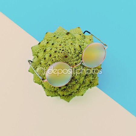 Капуста и стильные очки. . Минималистская мода искусство — стоковое изображение #106684184